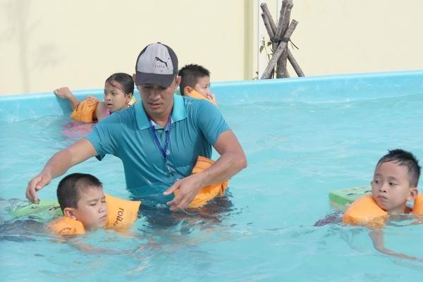 Trục trặc sức khỏe trẻ dễ gặp khi bơi lội và cách xử lý