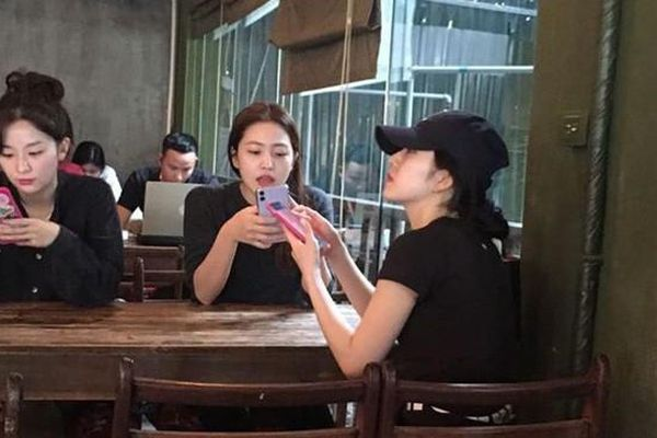 Vì sao Red Velvet đi bộ hơn 30 phút chỉ để uống cà phê ở Việt Nam mà bất thành?