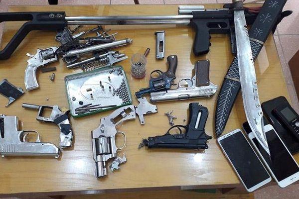 Khởi tố nhóm đối tượng mua bán trái phép ma túy và vũ khí
