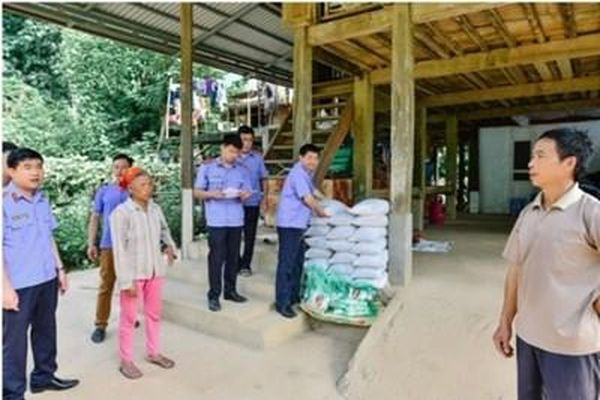 VKSND huyện Vân Hồ giúp đỡ các gia đình khó khăn