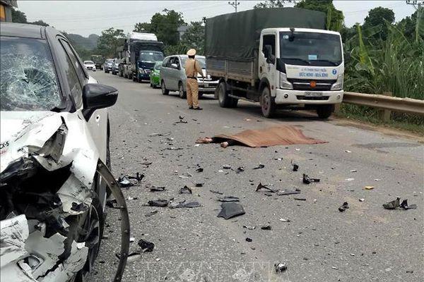 Ô tô va chạm với xe máy và gây tai nạn liên hoàn làm một người tử vong