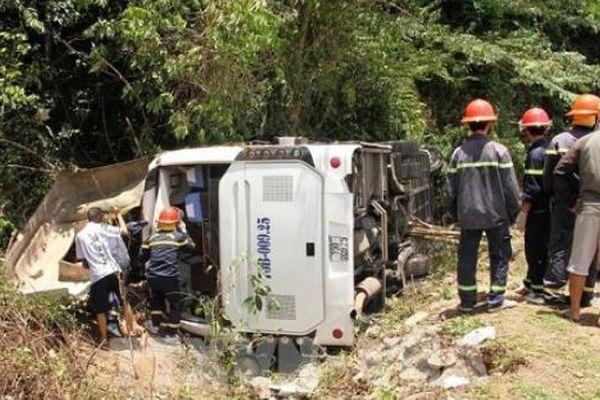 Tin giao thông ngày 27/7: Ô tô gây tai nạn liên hoàn; lật xe khách khiến 15 người tử vong