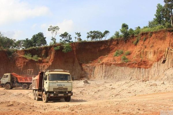 Cận cảnh rầm rộ xẻ đất, san đồi làm khu dân cư, đe dọa hành lang đường HCM