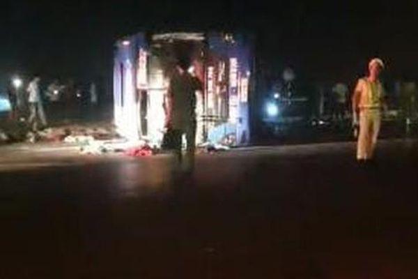 Va chạm giữa xe bồn và xe giường nằm, gần 20 người bị thương