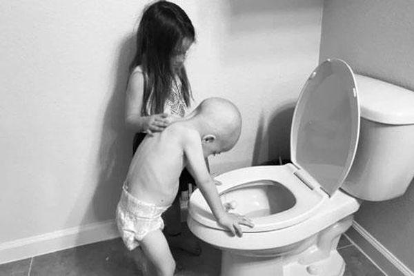 Xúc động hình ảnh cô bé 5 tuổi chăm em trai 4 tuổi bị ung thư