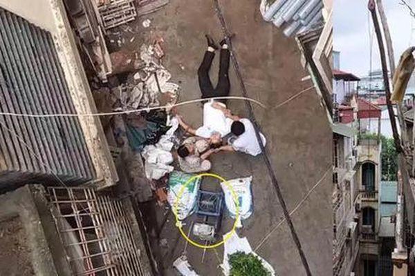 Bị xe rùa từ trên tầng 5 bất ngờ rơi trúng, người đàn ông nhập viện cấp cứu