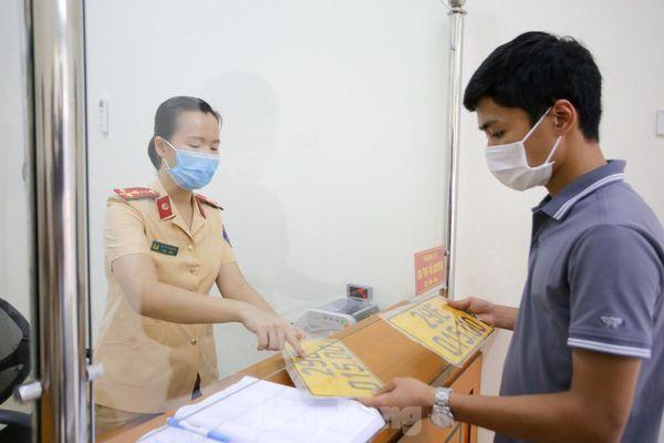 Cận cảnh thủ tục xe biển vàng được cấp đổi trong tuần đầu tiên triển khai ở Hà Nội
