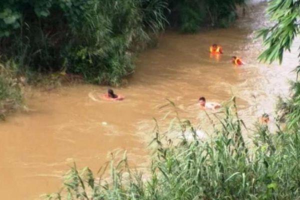 Hai bé gái ở Điện Biên bị nước cuốn trôi