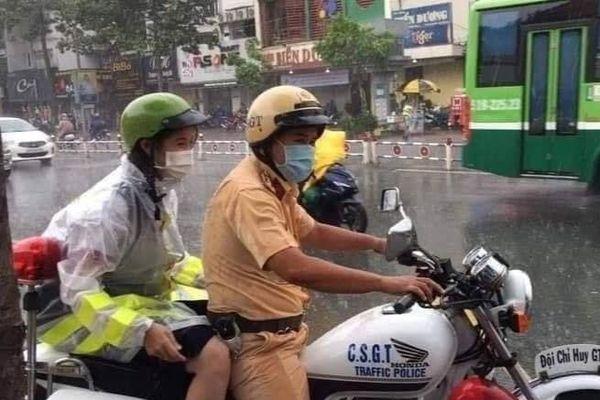 CSGT nhường áo mưa, chở thí sinh tới điểm thi bằng xe chuyên dụng