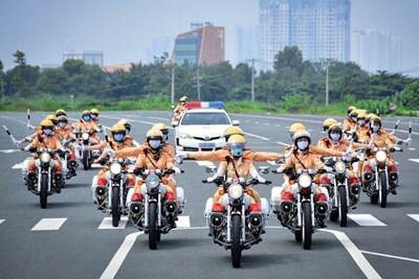 Nữ cảnh sát giao thông luyện tập kỹ năng dẫn đoàn