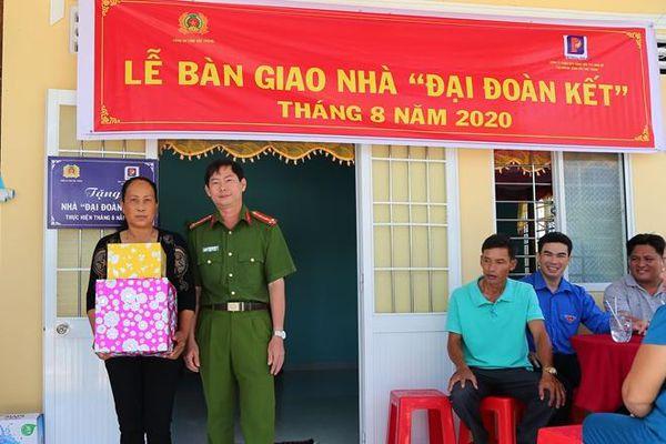 Trao nhà Đại đoàn kết tặng thân nhân Mẹ Việt Nam Anh hùng