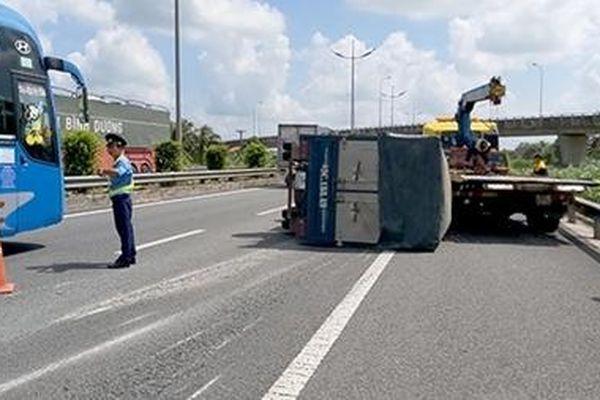 Xe tải lật ngang trên cao tốc TP HCM – Trung Lương, 2 người thoát chết