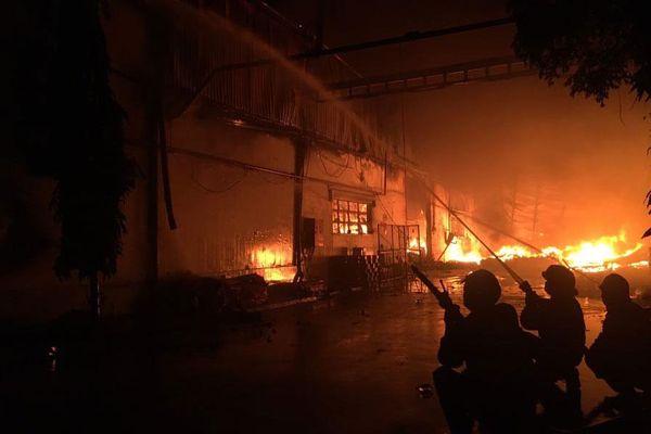 Cháy lớn nhà kho rộng 3.000 m2 trong khu công nghiệp Tân Tạo
