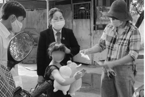 Ánh mắt đượm buồn của cháu bé bị cha dượng bạo hành, người thân bỏ rơi