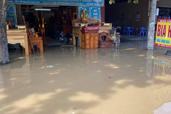 Vỡ đường ống nước sạch ở TP Vinh, người dân hối hả sơ tán đồ đạc