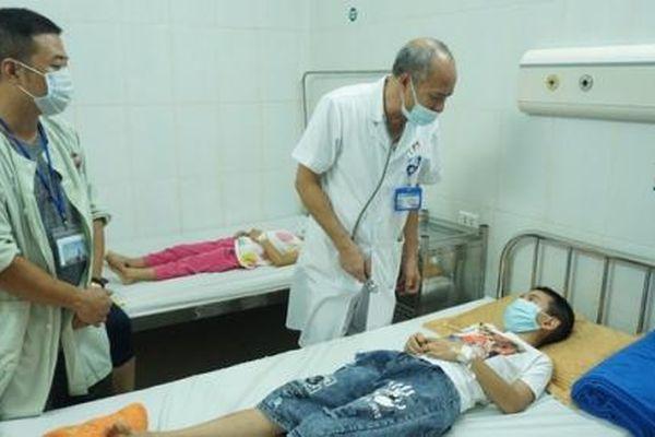 Hà Nội: 51 học sinh tiểu học đau bụng, nôn trớ, 3 em nhập viện