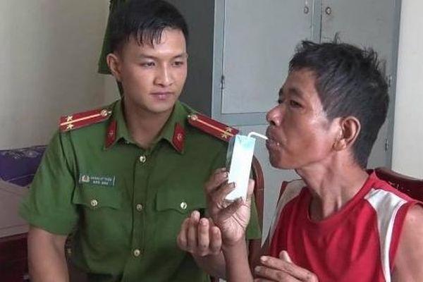 Người đàn ông bị bệnh đi lạc đường được các chiến sỹ công an tận tình chăm sóc
