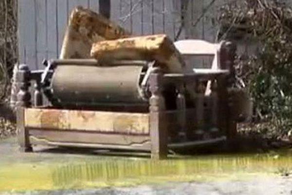 Cụ bà qua đời sau 7 tháng ngồi yên tại chỗ trên ghế sô pha bên trong ngôi nhà bốc mùi đến nỗi cơ thể biến dạng