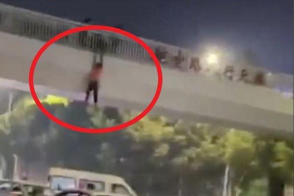 Người đàn ông say rượu trèo qua lan can cầu ở Vũ Hán