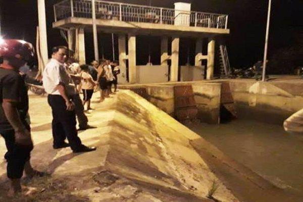 Thanh Hóa: Bé gái 6 tuổi ngã xuống kênh nước khi chạy ra đón chị đi học về
