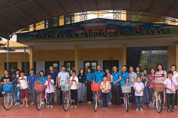 Câu lạc bộ 'Sẻ chia hơi ấm' tặng quà các em học sinh có hoàn cảnh đặc biệt khó khăn ở Thái Nguyên