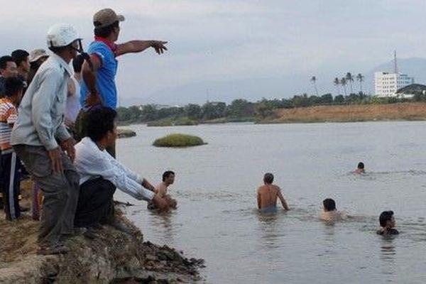 Thi thể nam sinh lớp 10 nổi trên sông