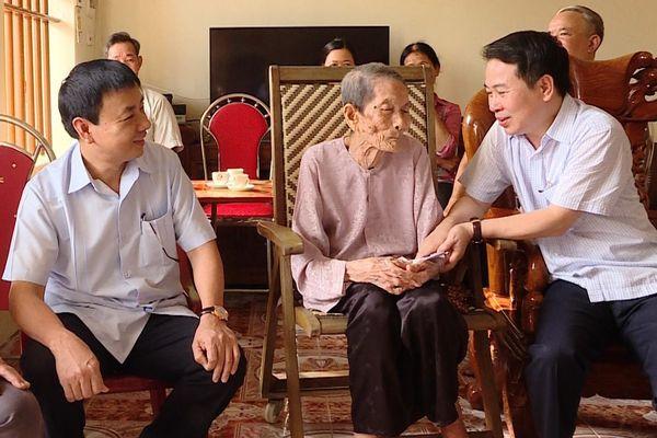 Ninh Bình: Tặng quà cho người cao tuổi