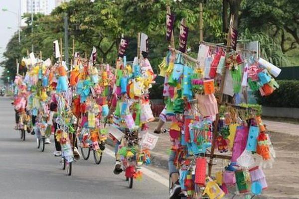 Hàng nghìn chiếc đèn lồng handmade di động rực rỡ đường phố Hà Nội