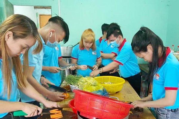 Thanh niên Bình Dương 'thức khuya, dậy sớm' lo cơm cho người nghèo