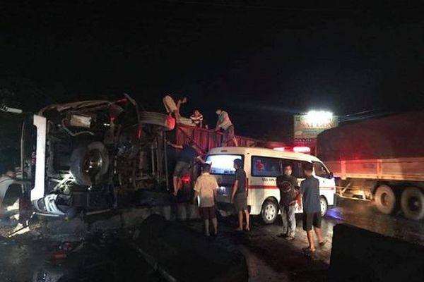 Hiện trường vụ tai nạn nghiêm trọng lúc nửa đêm, 1 người chết, 19 nạn nhân bị thương