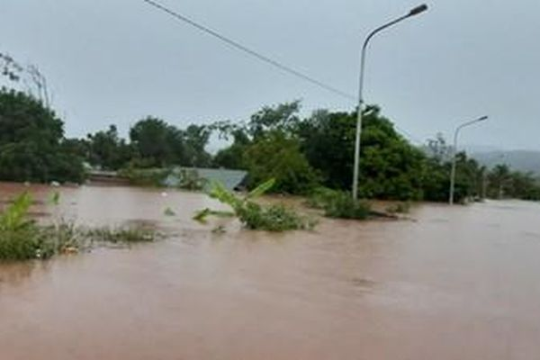 Lực lượng vũ trang tỉnh Quảng Trị giúp dân ứng phó mưa lũ