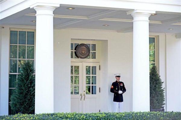 Nhà Trắng chuẩn bị những gì cho Tổng thống Trump trở lại Phòng Bầu dục