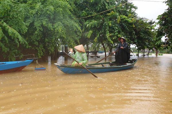 Lũ dâng, hàng trăm hộ dân vùng trũng ở Hội An chìm trong biển nước