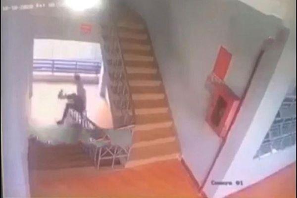 Chơi dại trượt cầu thang, một học sinh nhận cái kết thương tâm