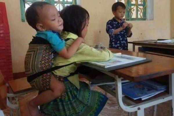 Xót xa hoàn cảnh bé gái 7 tuổi cõng em 20 tháng đi học