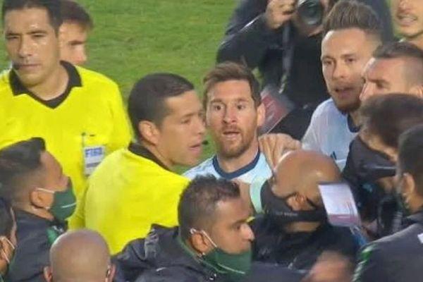 Messi nổi nóng với cầu thủ Bolivia
