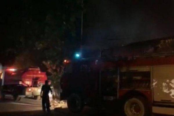 Kho xưởng rộng 2.000m2 ở Thanh Trì bốc cháy rừng rực trong đêm