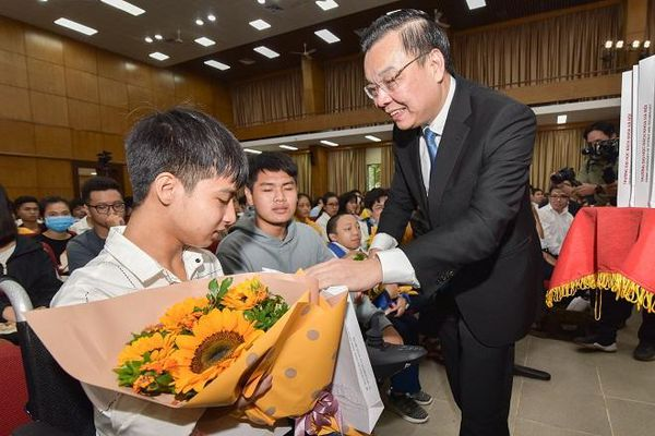 Lễ khai giảng đặc biệt của chàng trai được bạn 10 năm cõng đến trường