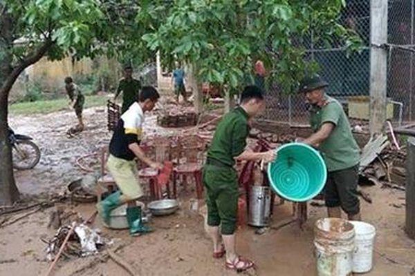Công an Quảng Trị xuống xã giúp dân khắc phục hậu quả mưa lụt