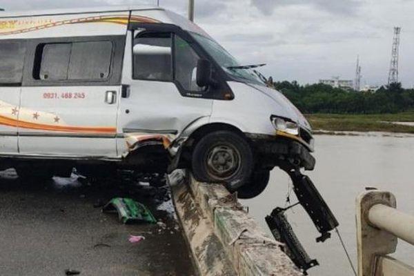 Tai nạn giao thông mới nhất hôm nay ngày 16/10: Tai nạn liên hoàn, xe khách nằm vắt vẻo trên cầu
