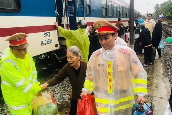Cảnh sát giao thông tham gia khắc phục sự cố đường sắt do mưa lũ gây ra tại miền Trung
