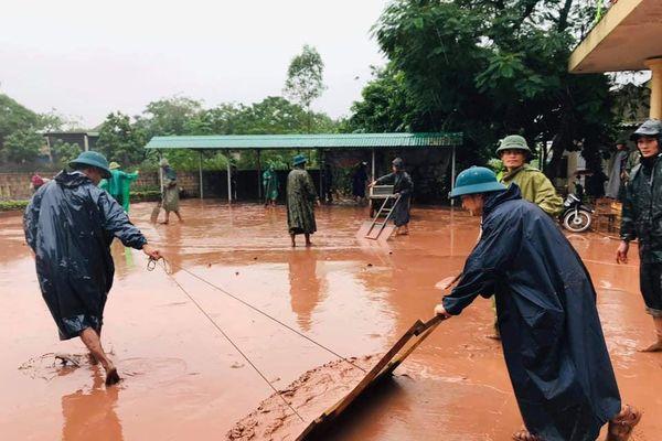 Đoàn cứu trợ lũ lụt hỗ trợ đưa bé trai 5 tuổi đi cấp cứu