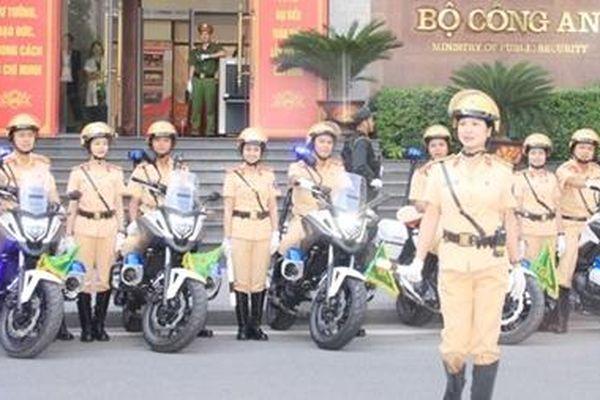 Duyên dáng và trang nghiêm nữ Cảnh sát giao thông dẫn đoàn