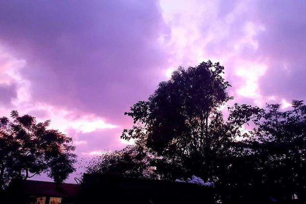 Miền Trung: Bầu trời hoàng hôn chuyển màu tím siêu đẹp nhưng lại khiến bao người lo lắng