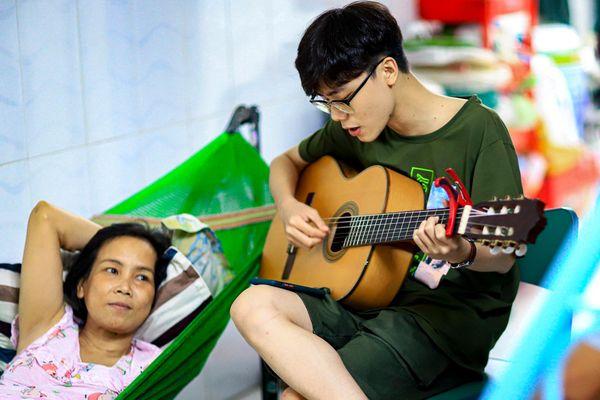 Minh Nhật The Voice Kids đi hát kiếm tiền chạy thận cho mẹ