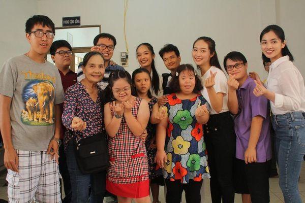 Một ngày đong đầy yêu thương của thí sinh HHVN 2020 với học sinh khuyết tật