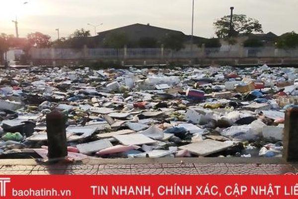 Sau mưa lũ, thành phố Hà Tĩnh 'ngập' rác