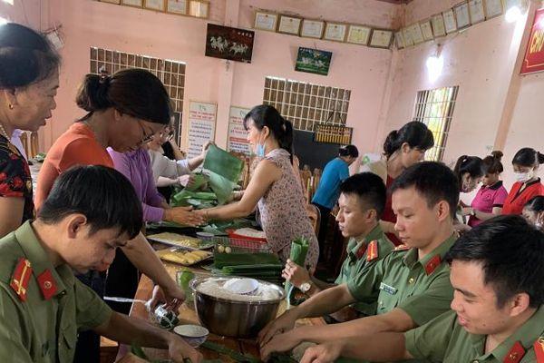 Tuổi trẻ công an Bình Phước hăng hái gói 3.000 bánh tét tiếp sức vùng lũ