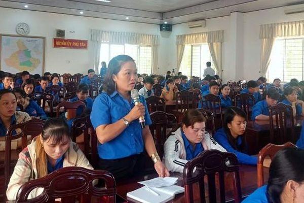 Lãnh đạo huyện Phú Tân đối thoại với thanh niên làm kinh tế