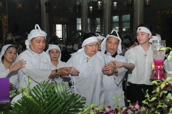 Lý Hùng nghẹn ngào nói lời tri ân trước giờ đưa NSND Lý Huỳnh về nơi an nghỉ cuối cùng
